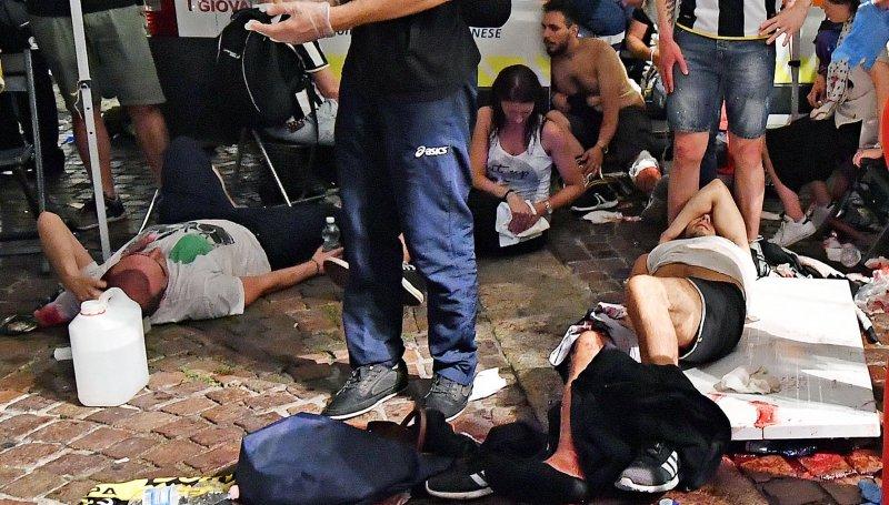 義大利足球迷在杜林聖卡羅廣場觀賞歐洲冠軍聯賽決賽時,遭巨大聲響驚嚇奔逃,多人因踩踏受傷。(美聯社)