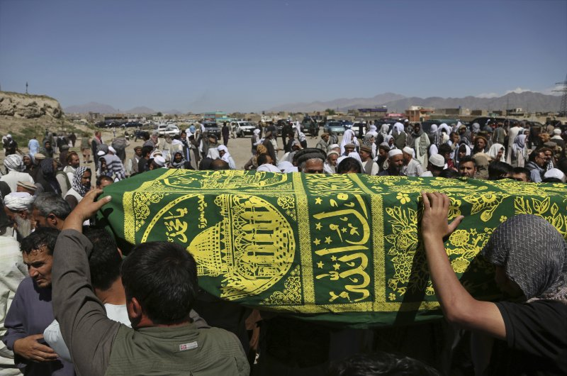 阿富汗首都喀布爾爆發15年最慘重恐攻,3日葬禮上又遭炸彈攻擊。(美聯社)