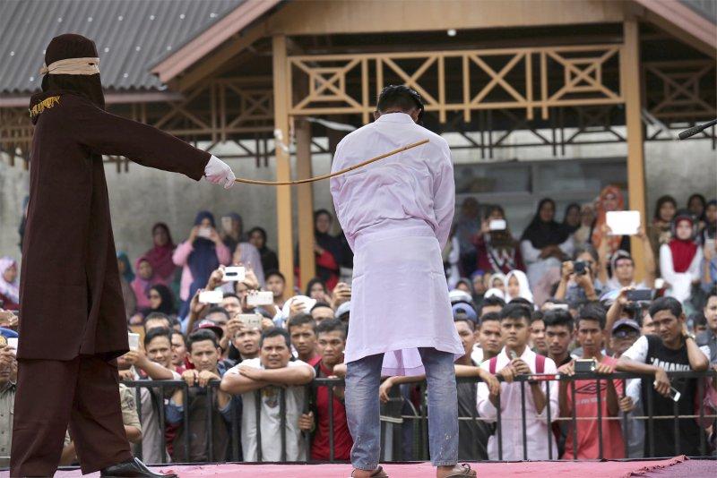 印尼日前對兩名男同志執行公開鞭刑。(美聯社)