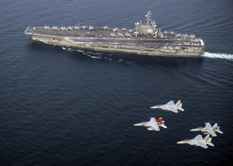 日本戰機編隊與美軍雷根號航空母艦在日本海實施共同演練。(美聯社)