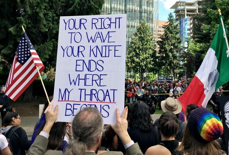 波特蘭火車殺人案後,反移民的極右派舉行示威抗議,反對仇恨言論的一方也聚集抗議。(美聯社)