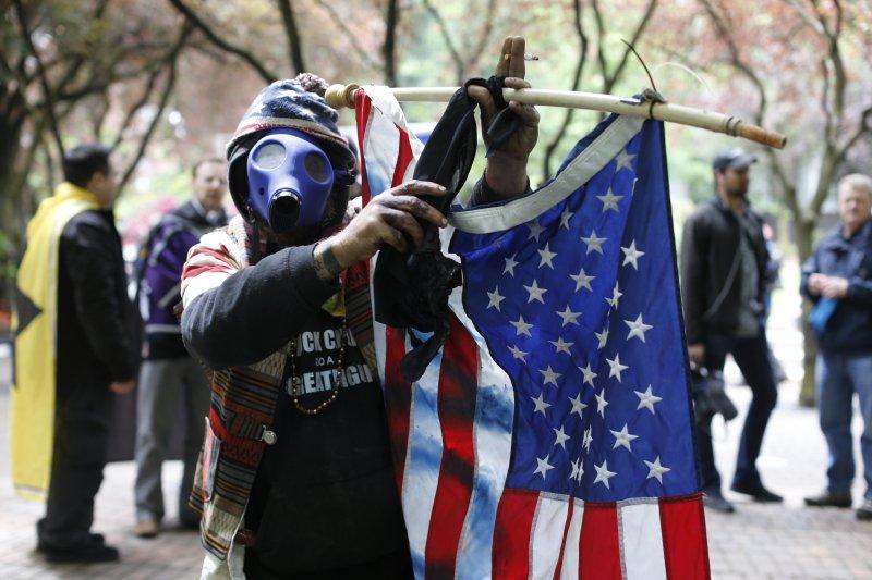波特蘭火車殺人案後,極右派舉行「爭取言論自由」抗議,爆發衝突後14人遭警方逮捕。(美聯社)