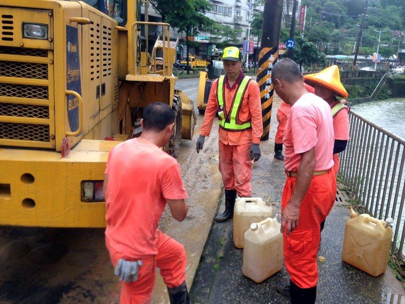 災害整建環保局清潔隊員全面出動,清理災害的垃圾。(圖/張毅攝)