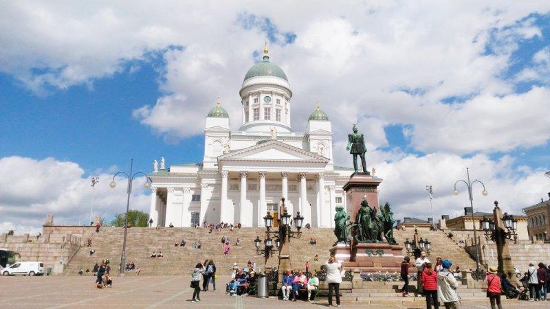 俗稱白教堂的赫爾辛基主教座堂,為赫市最主要地標,為紀念當時的俄國統治者沙皇尼古拉一世而建於1830-1852年,廣場上的雕像為俄國沙皇亞歷山大二世,豎立於1894年。芬蘭至今仍善存維護帝俄時期所留下的文化歷史遺跡。(圖片來源:作者攝影)
