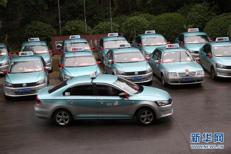中國高考來臨,許多計程車行提供愛心送考服務,免費送考生赴考場。(新華社)