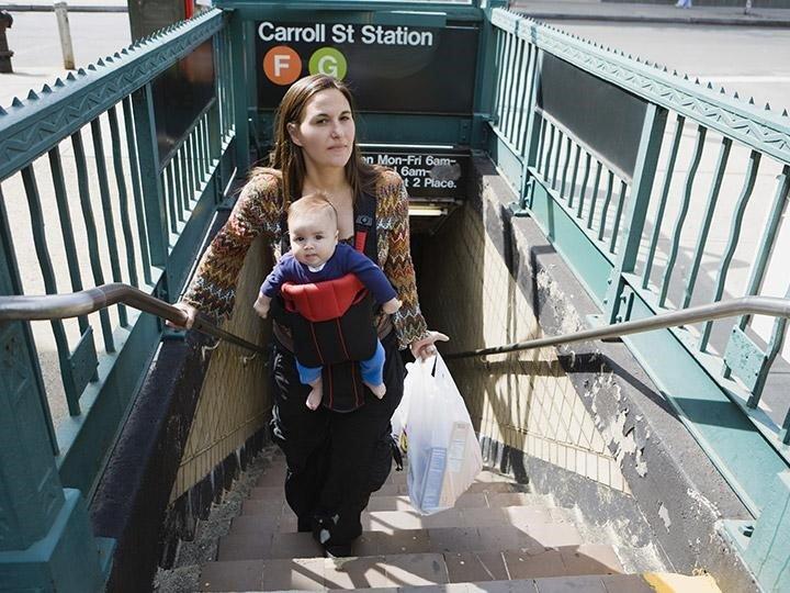 走樓梯時,腳下視線容易被寶寶遮住,對寶寶與背者而言都非常危險。(圖 / ziptopia.com)