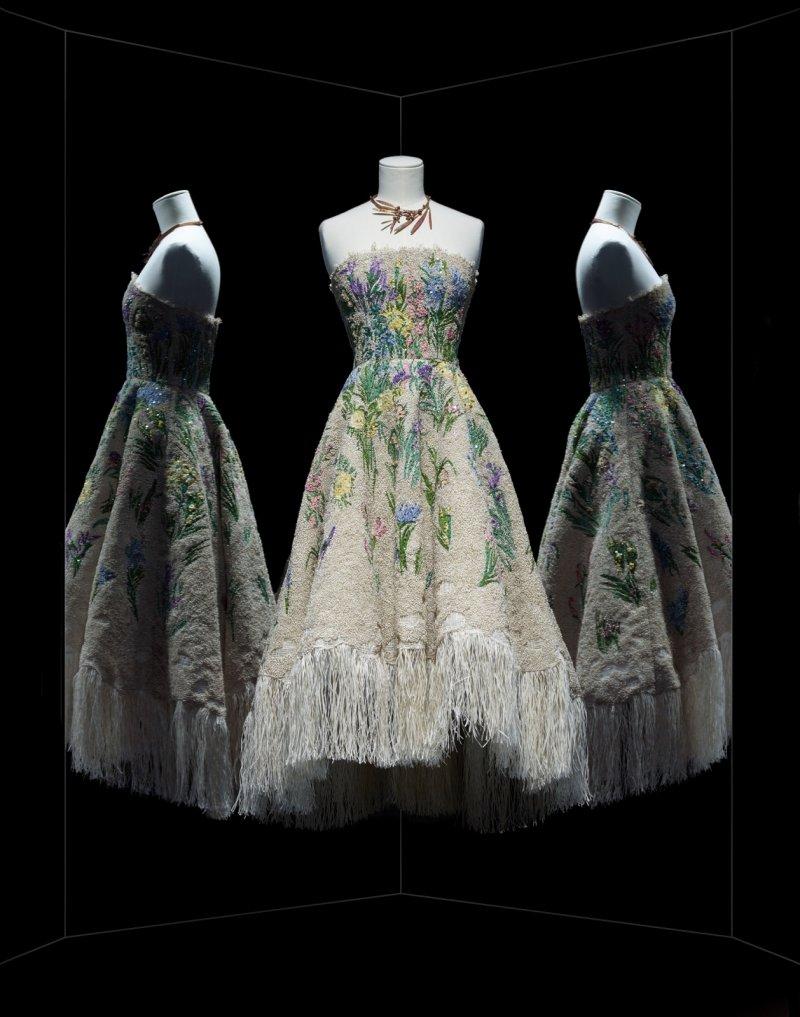 Essence d'herbier 洋裝,亞麻色流蘇以施華洛世奇水晶裝飾的花形拉菲亞樹葉纖維。(圖/Dior提供)