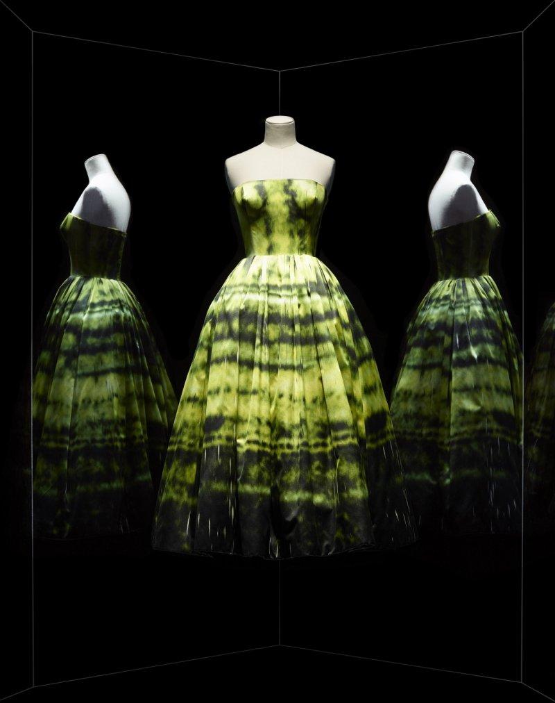 Raf Simons 為黃色洋緞七分晚禮服,有著 Sterling Ruby SP 178 陰影印花。(圖/Dior提供)