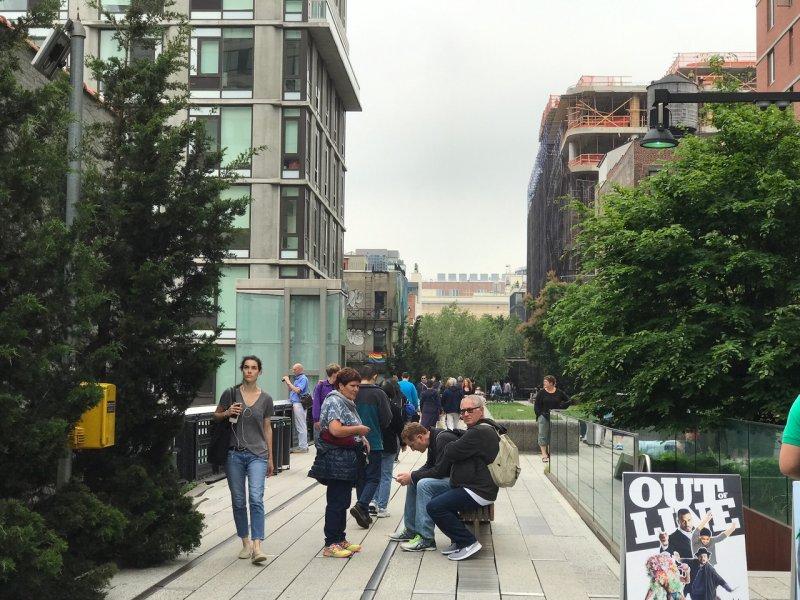 紐約空中花園由荒廢多年的高架鐵路改建而成,成為市民聚腳地、遊客購物熱點。〔圖/嘉義市政府提供〕