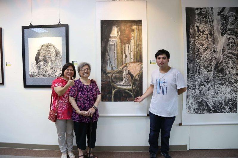 榮獲全國學生美展「優等」的鄭琪耀同學,以『你在看什麼』之作品,試圖表達一隻貓在椅子上彷彿看到什麼東西似的神韻,栩栩如生令人動容,媽媽與奶奶感到相當榮耀與欣慰。〔圖/南華大學提供〕