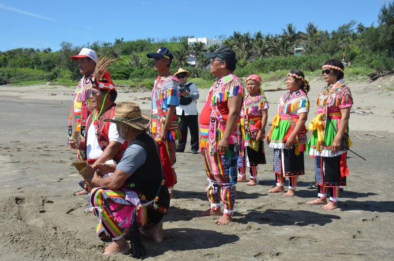 刺桐部落頭目、部落主席、理事長等人進行祈福儀式。(圖由國立臺灣史前文化博物館提供)