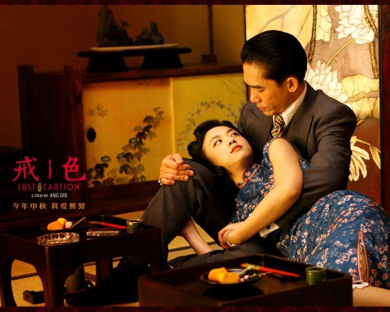 李安的電影《色戒》,則是描述一名大學話劇社裡的年輕女大生王佳芝,為色誘進而伺機暗殺汪精衛政權特務頭易先生,最終卻因佳芝弄假成真愛上了易先生。(取自網路)