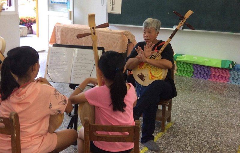 黑貓姐去楓港小學上課,跟她的小朋友在一起。(作者提供)