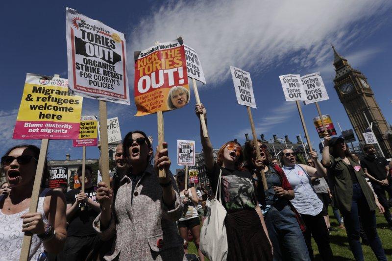 英國年輕人抗議梅伊帶領的保守黨繼續執政。(美聯社)