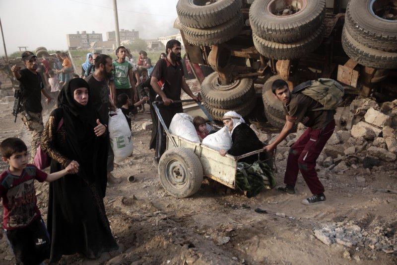 伊拉克摩蘇爾深陷戰事,3萬多難民飢寒交迫。(美聯社)