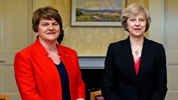 民主統一黨領袖福斯特(Arlene Foster,左)和梅首相。DUP和保守黨立場多有相似,也有不同。(BBC中文網)