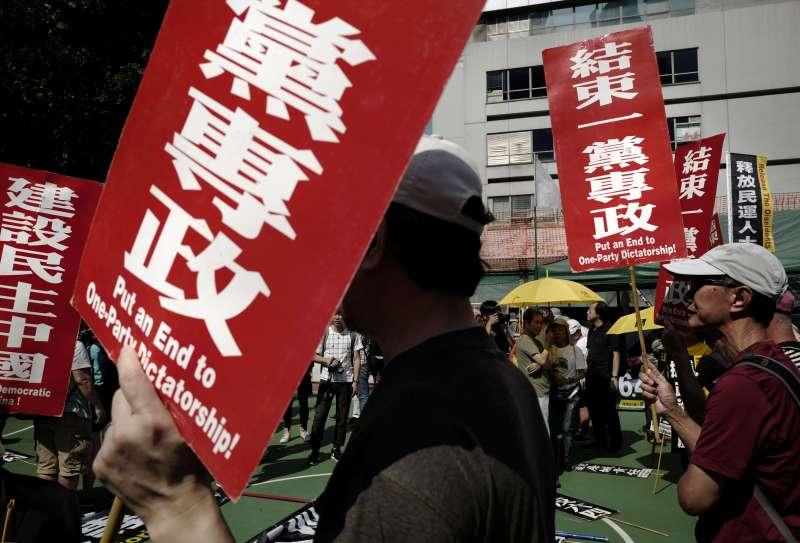 香港居民在街頭抗議中國政府的一黨專政。(美聯社)