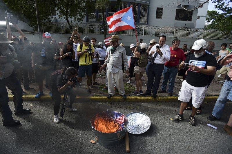 反對建州人士抵制公投,焚燒美國國旗。(美聯社)