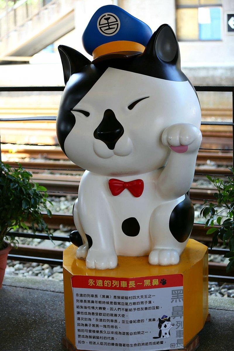 猴硐車站台鐵首位貓列車長。(圖/蔡富丞攝)