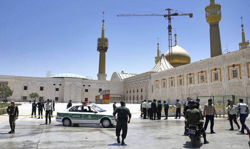 伊朗前最高領袖何梅尼陵墓7日遭到攻擊。(美聯社)
