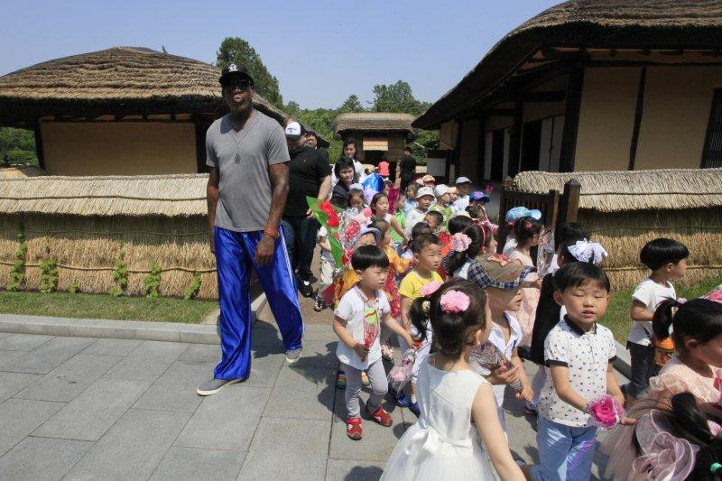 前NBA明星羅德曼13日造訪北韓,圖為接待他的北韓小朋友。(美聯社)