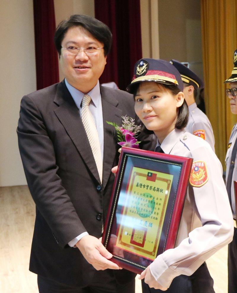 市長林右昌頒獎表揚績優警察。(圖/張毅攝)
