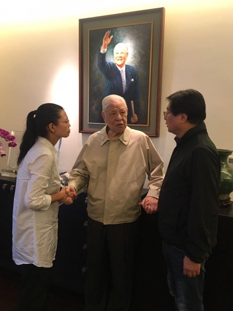 李明哲的太太李凈瑜今天到翠山莊拜會前總統李登輝、楊憲宏。(台灣關懷中國人權聯盟提供)