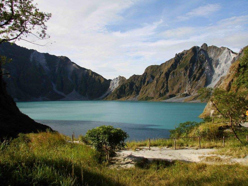 皮納土波火口湖,攝於2008年。(ChrisTomnong@wikipediaCCBYSA3.0)