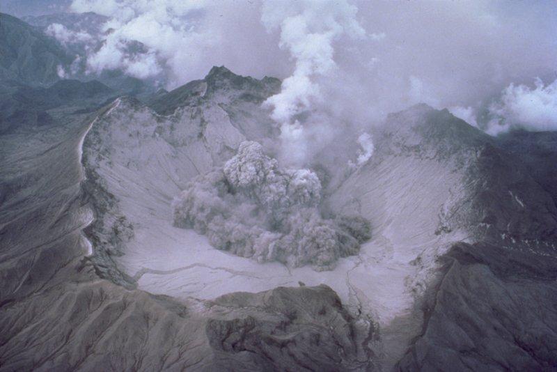 皮納土波火山爆發後塌陷的火山口,攝於1991年8月1日。(維基百科公有領域)