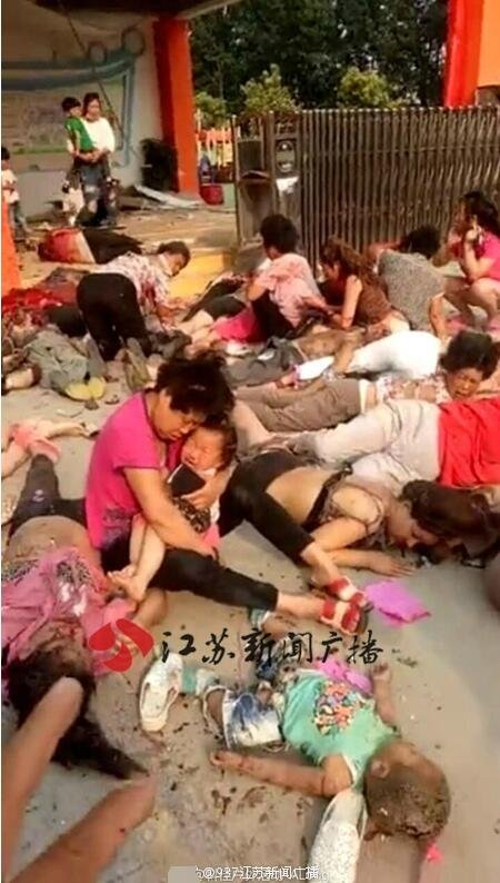 中國江蘇省豐縣一家幼兒園校門口15日下午放學時間發生爆炸,網傳現場照片 (取自網路)