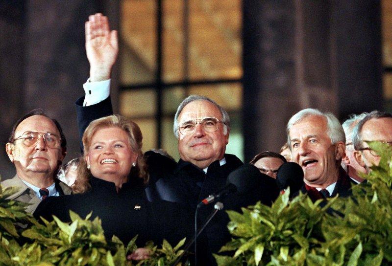 1990年10月3日,統一的德意志聯邦共和國誕生,柯爾(中)成為兩德統一後第一任總理。(AP)