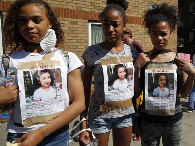 英國倫敦「格倫費爾大樓」大火後,找不到失蹤家人的親友們,在四周貼上尋人啟事,盼得到外界關注。(AP)