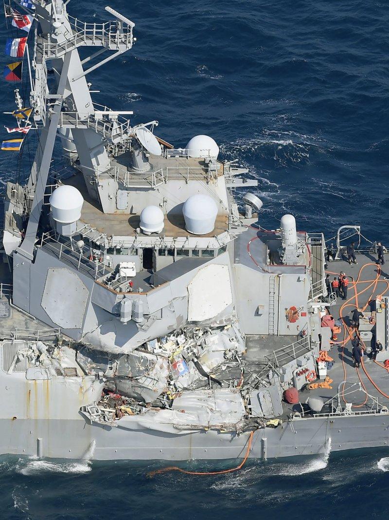 美軍費茲傑羅號驅逐艦(USS Fitzgerald DDG-62)17日凌晨與菲律賓商船發生碰撞。(美聯社)