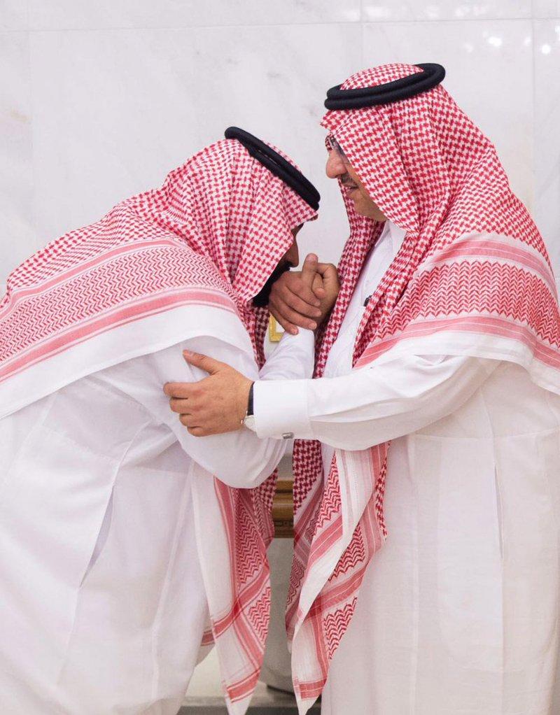 沙烏地阿拉伯新任王儲穆罕默德.本.薩勒曼(左)親吻卸任王儲穆罕默德.本.納伊夫的手。(美聯社)