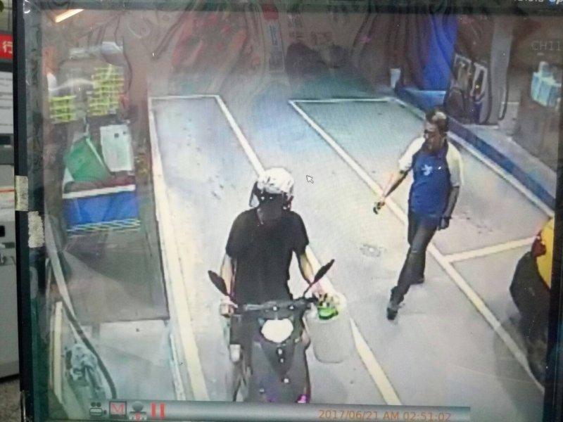 警方找到男子到加油站買汽油的畫面,手上還拿著大塑膠桶。(圖/張毅翻攝)