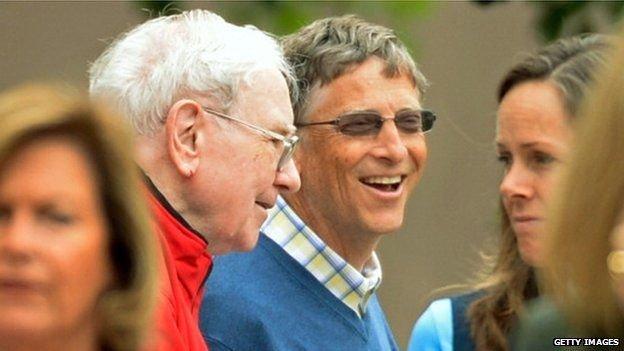 世界級富豪微軟創始人比爾·蓋茨(右)和股神華倫·巴菲特(左)曾到中國舉辦慈善晚宴。(BBC中文網)