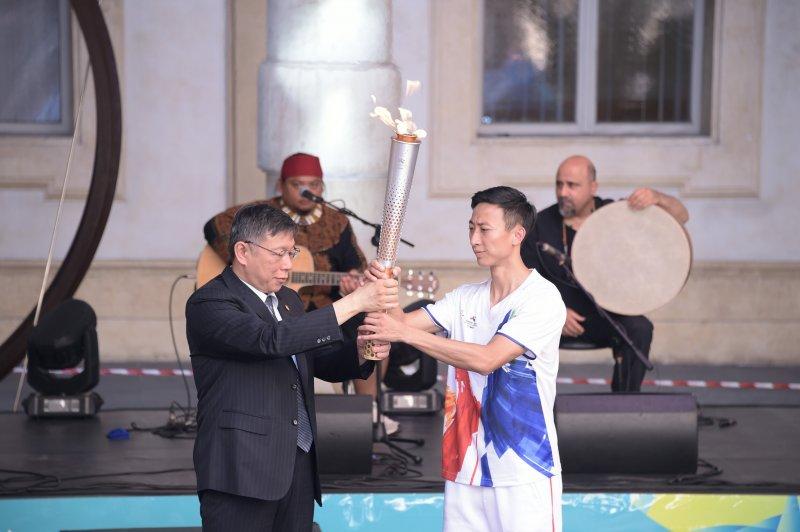 台北市長柯文哲將聖火傳遞給台北火炬手朱木炎。(北市ˋ府提供)