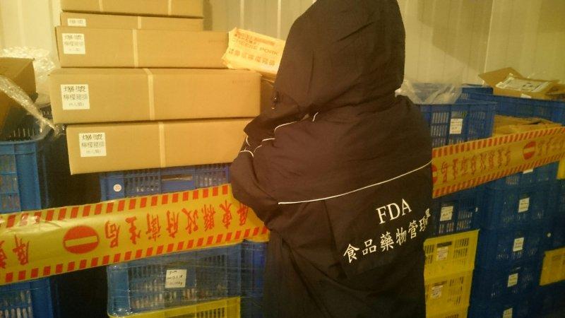 衛福部食藥署於屏東縣「吉富食品股份有限公司」現場封存問題產品。(衛福部食藥署提供)