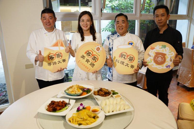 客家局長蔣絜安與特製客家醬菜料理合照。(圖/桃園客家事務局提供)