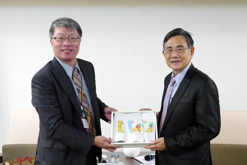 台南市副市長吳宗榮致贈果干禮盒給北美華人會計師協會。(圖/台南市政府提供)