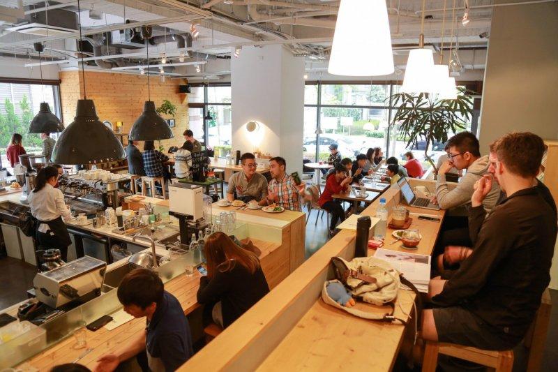Fika Fika的室內空間採挑高設計,同時提供顧客不同類型的座位選擇。(圖/賀大新攝,經理人提供)