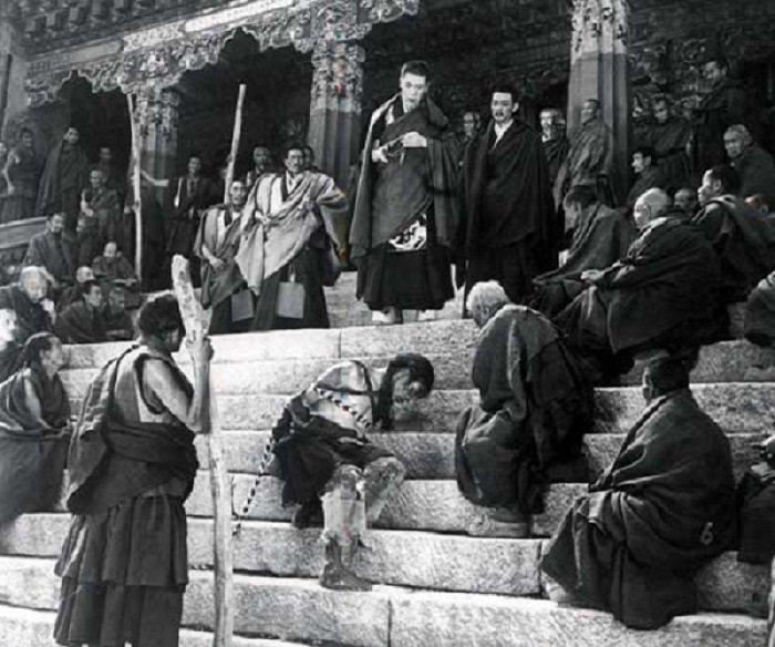 圖為中國第一次在西藏拍的電影:《農奴》,意在展現了舊西藏農奴制下農奴的悲慘生活。