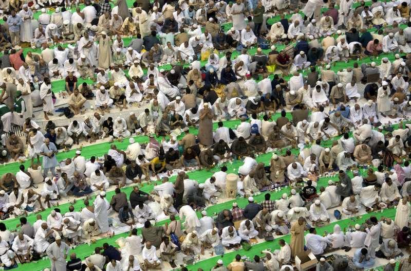 齋戒月期間,大量穆斯林前往麥加大清真寺禮拜。(美聯社)