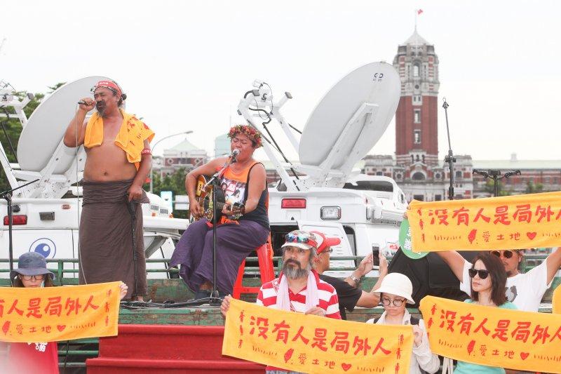 歌手那布和巴奈參加反亞泥大遊行。(陳明仁攝).jpg