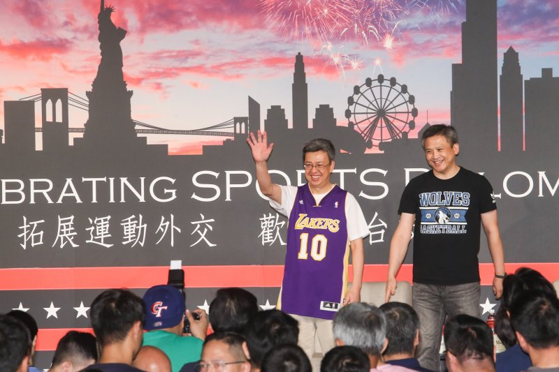 2017-06-29-AIT美國獨立紀念日酒會- 副總統陳建仁則穿上洛杉磯湖人隊(Lakers)史蒂夫·奈許(Stephen Nash)球衣-陳明仁攝