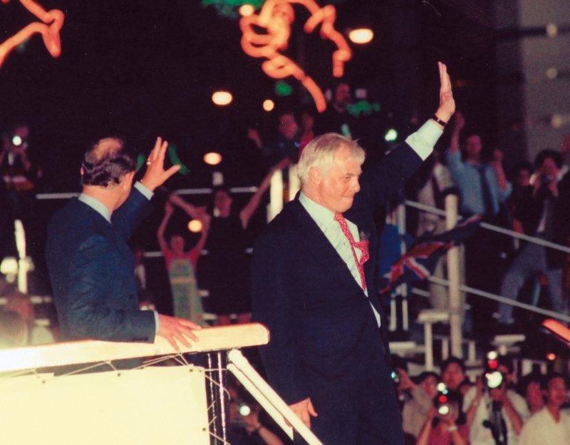 1997年6月30日,香港回歸前的最後一夜,在中環附近的添馬艦舉行告別香港晚會,由查理斯王子和末代港督彭定康親自主持。(林瑞慶攝)