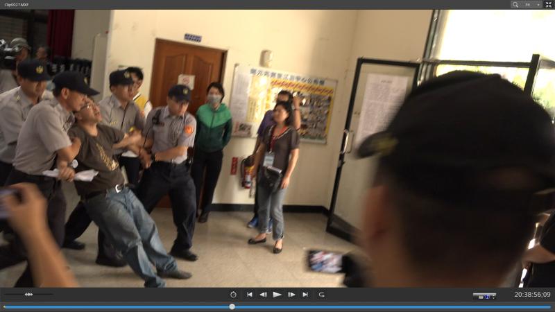 南鐵北區二公聽會,警察一一強抬被徵收民眾離開會議場。(陳致曉提供)