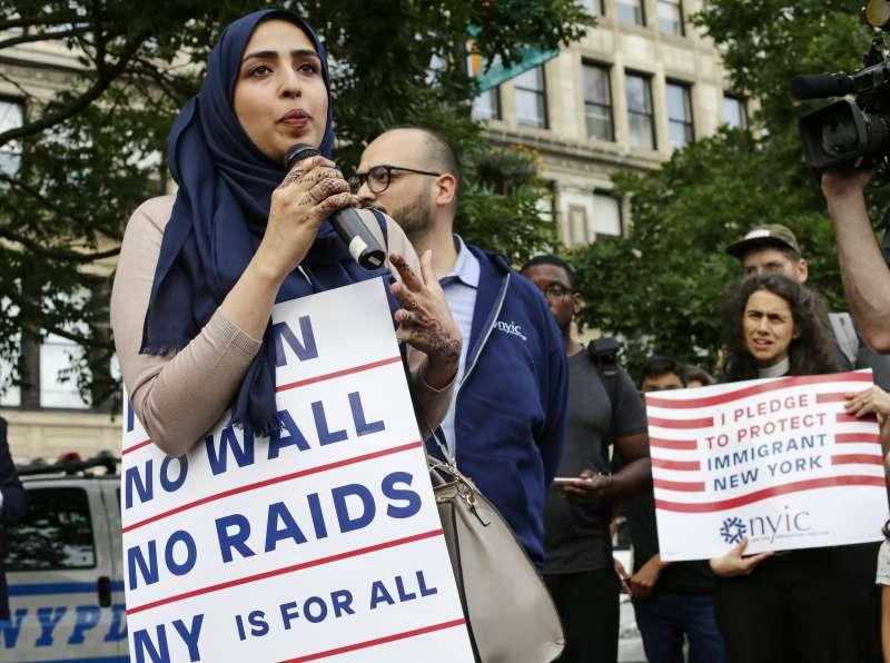 美國總統川普的簽證禁令29日生效,葉門裔美國人瓦荻(左)與民眾一起在紐約聯合廣場抗議(AP)