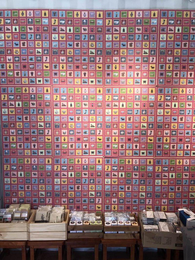 「朕的柑仔店」精選多款超人氣國寶衍生文創商品,歡迎民眾到場感受。(圖/故宮博物院提供)