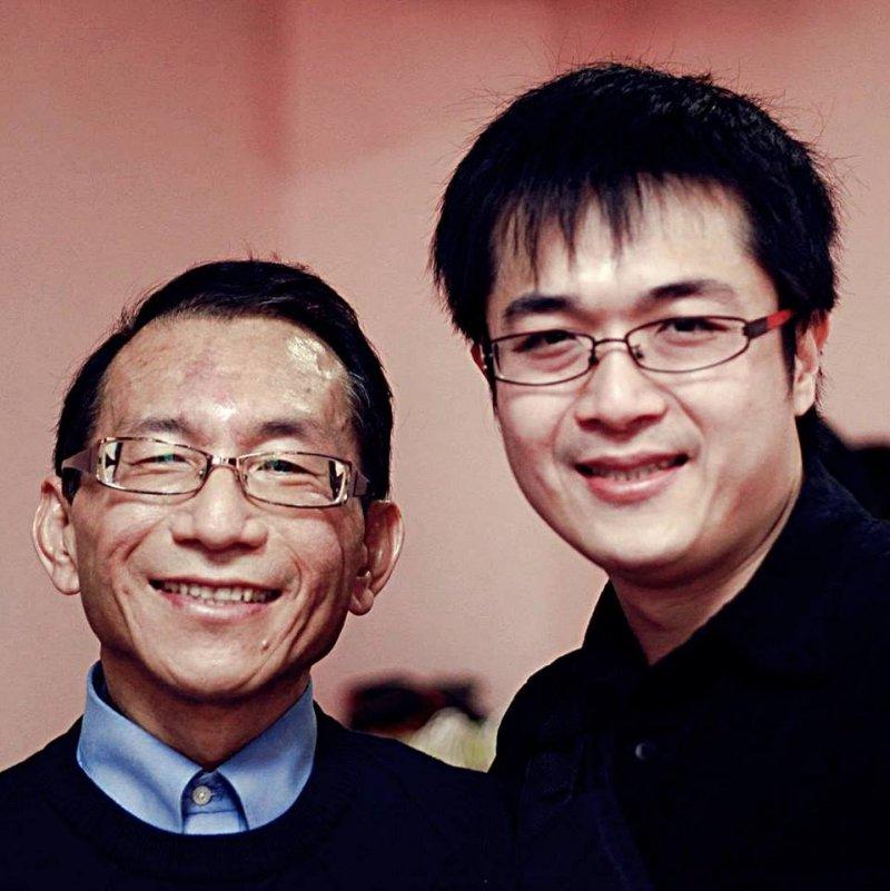 天如專題-林杰樑(左)身後為他撰寫傳記《永遠的俠醫:台灣良心林杰樑》的作者王昶閔(右)表示,林杰樑不但是巴拉刈「黃金標準療法」的研發者,生前更是國內禁用巴拉刈劇毒農藥的主要倡議者之一。(取自王昶閔臉書)